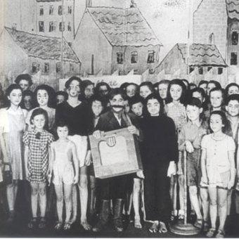 Niños presentando una obra de teatro en Terenzin. Fuente: http://www.unluckyman.com/?page_id=11