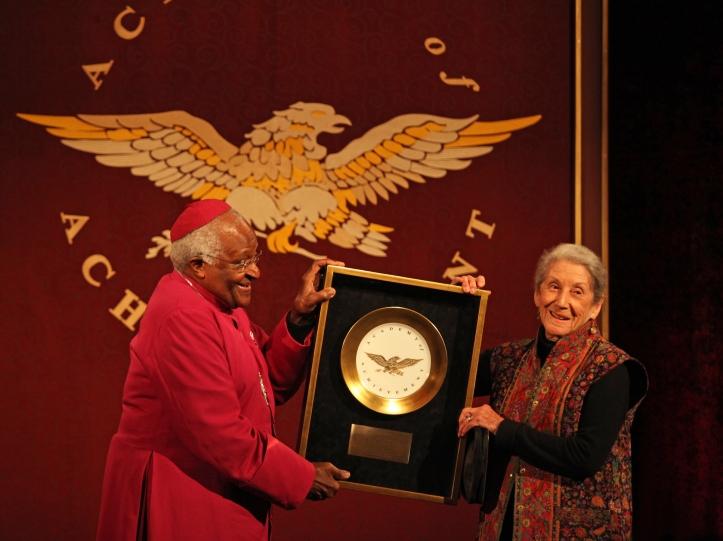 Nadine Gordimer recibe el Premio Nobel de Literatura en 1991.