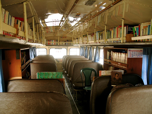 Vista interna de una biblioteca  ambulante moderna.