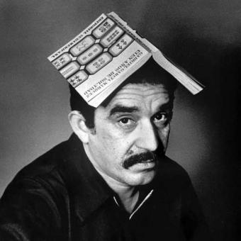 Gabriel García con su libro en la cabeza ;)