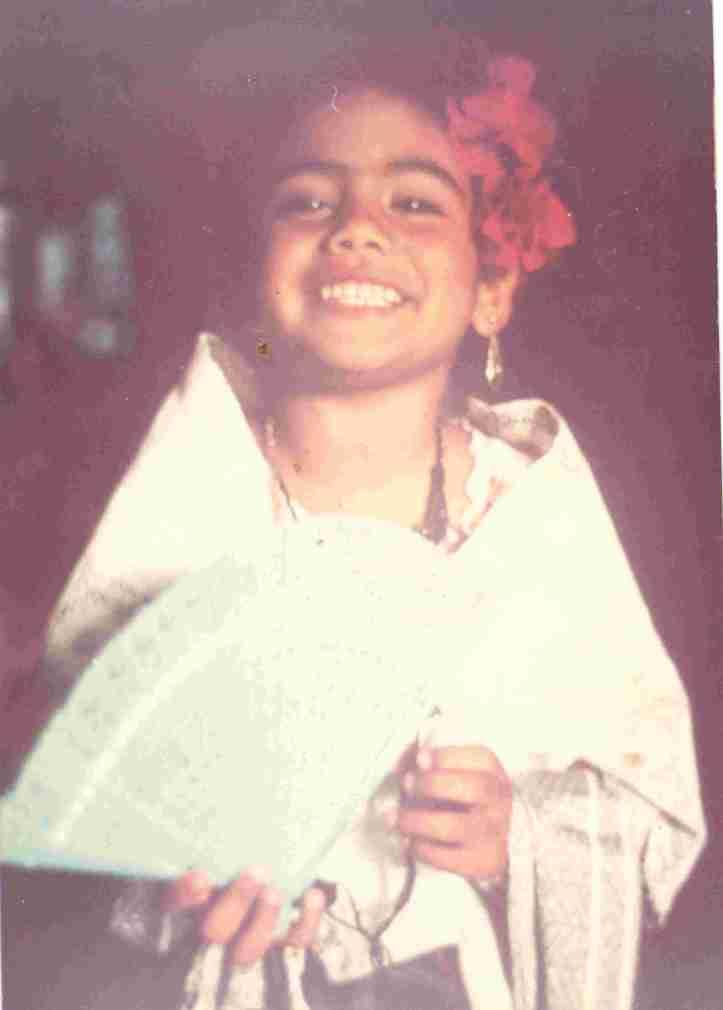 Mariana con el traje típico de Veracruz, prestado por mi tía Nancy que también cumple años hoy.