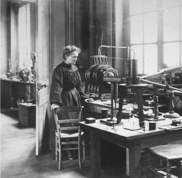 Marie Curie en su laboratorio.