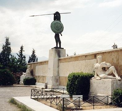 Viajero: Si vas para Esparta, dile a los espartanos que aquí yacen sus hijos, los que cayeron en el cumplimiento de su deber.