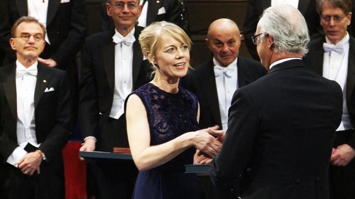 Hija de Munro recibiendo el premio a nombre de su madre.