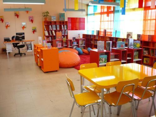 Además en el salón de clases teníamos un rincón para quien quisiera leer o hacer crucigramas. Este no es el de mi escuela, aclaro ;)