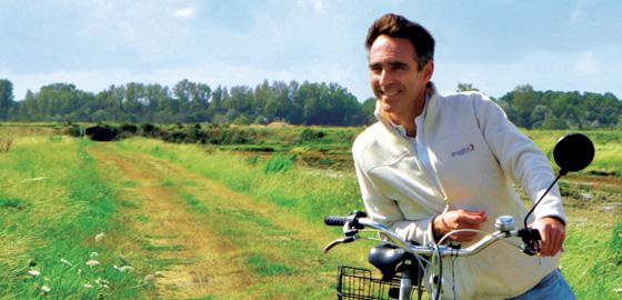 El autor, con su bicicleta (le gustaba mucho andar en ella).