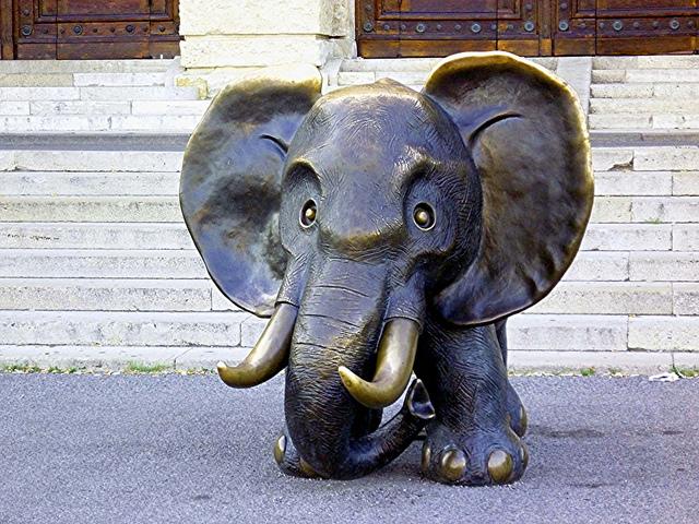 Elefante de bronce frente al Museo de Historia Natural en Viena.