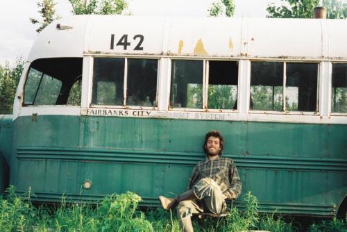 Chriss McCandless en el posando con el camión donde sería encontrado su cuerpo.
