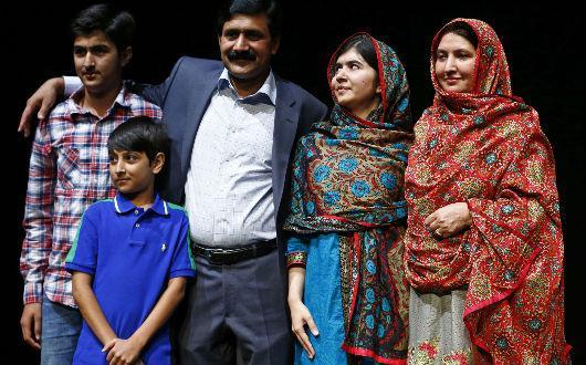 Malala con su familia.