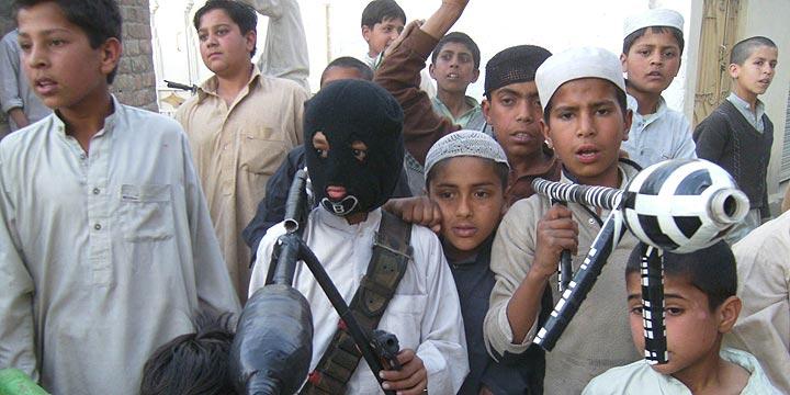 Niños talibanes.