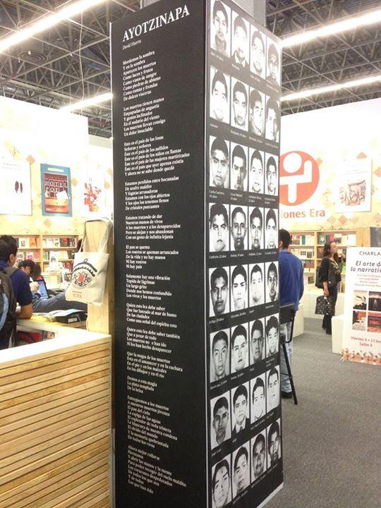 Stand ediciones Era en la FIL de este año, con las fotos de los 43 desaparecidos.