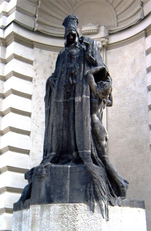 Estatua del Maharal en el Ayuntamiento de Praga.