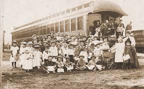 Foto del tren y los niños que viajaban en él.