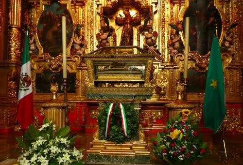 Sus restos se encuentran en la Catedral de la Ciudad de México.