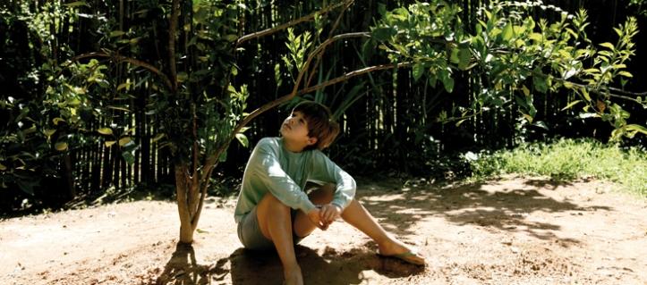 Zezé, platicando con su planta de naranja lima (escena de la película My sweet orange tree).