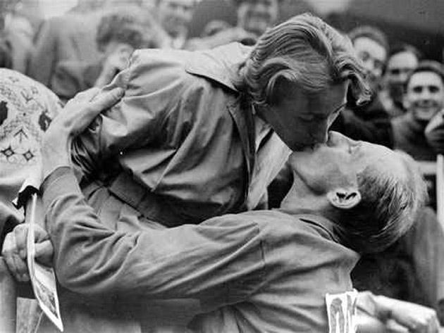 Emil Zátopek besando a su mujer.