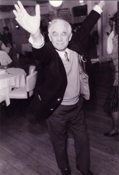 Morrie era de esos bailarines que van a su ritmo sin importarles lo que digan los demás ;)