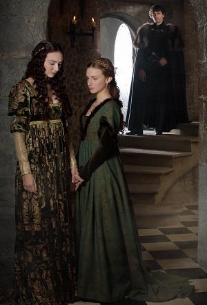 Isabel y Anna Neville, y detrás de ellas  su padre el conde de Warwick. (Serie: la Reina Blanca).