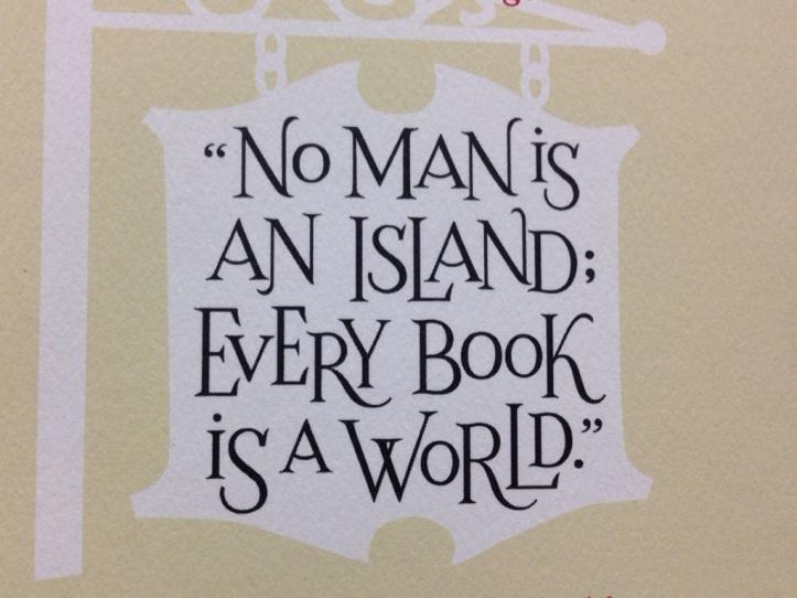 """Letrero que tiene el librero a la entrada de su negocio: """"Ningún hombre es una isla, todo libro es un mundo"""""""