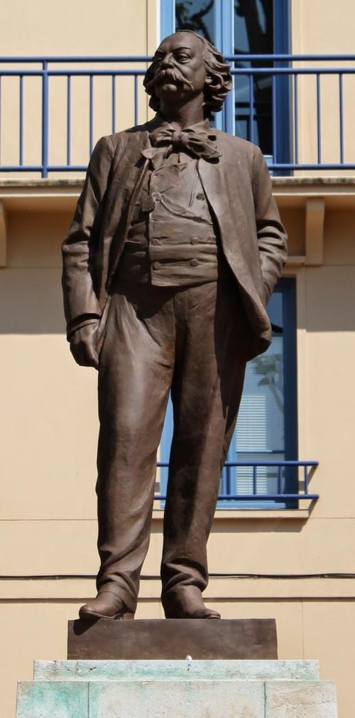 La estatua que está en la Place Des Carmes, Ruán, Francia  no es la original. Los alemanes se llevaron aquella en 1941 y durante 10 años no hubo nada. El alcalde de Rouen encontró el molde que había sido hecho por Leopold Bernstamm y se volvió a hacer la estatua.
