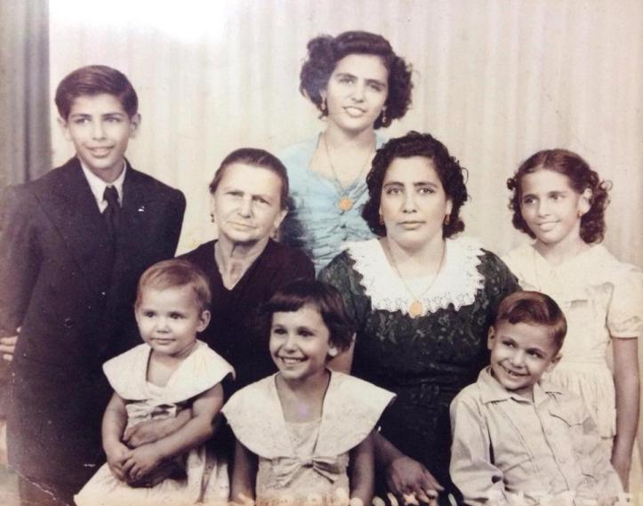Mi nonna, con su mamá y sus hijos.
