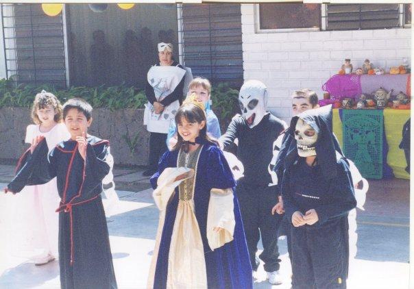 Ale, en un festival de la escuela donde llevó la muñeca disfrazada como ella. Pero no salió en la foto.