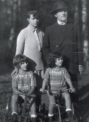 Judith de niña, con sus padres y hermano.