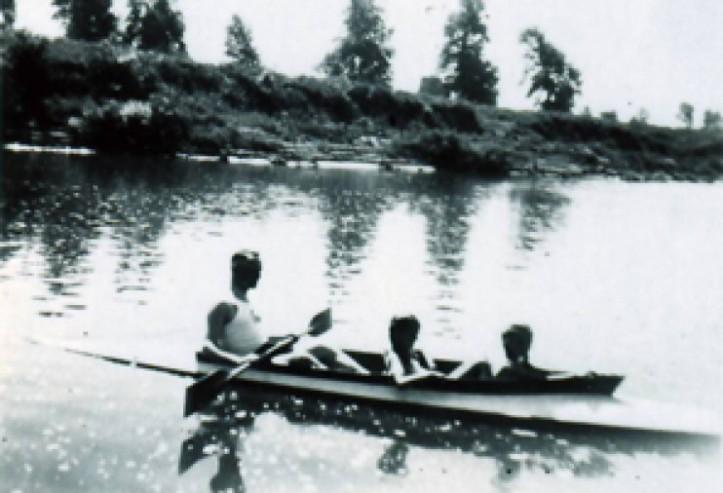 Rudolf con sus hijos en un lago cerca de Auschwitz